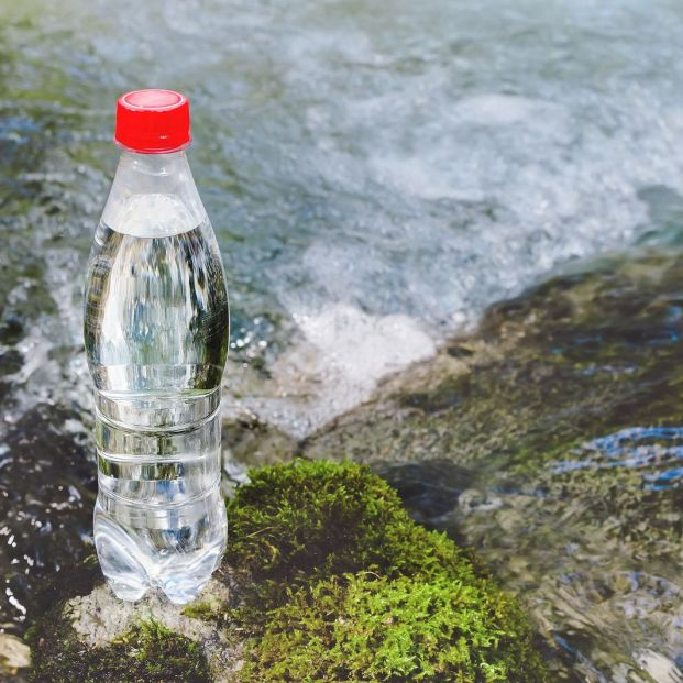 ¿Resulta saludable la moda de beber agua cruda?