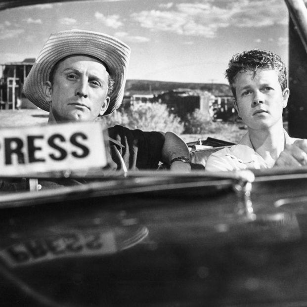 Kirk Douglas y Robert Arthur en 'El Gran Carnaval' (1951) (Paramount Pictures)