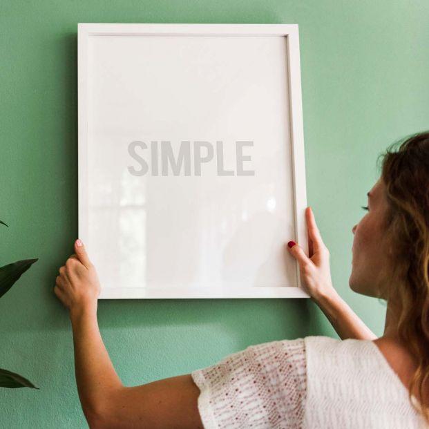 Cómo colgar objetos en la pared sin hacer agujeros (Bigstock)