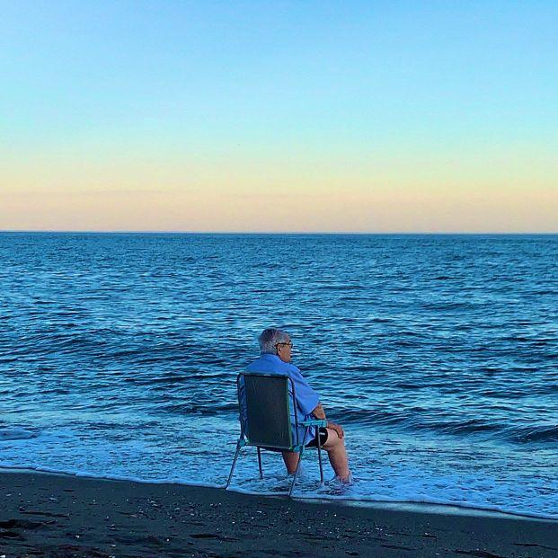 La intrahistoria de la foto viral de un hombre mayor llorando frente al mar