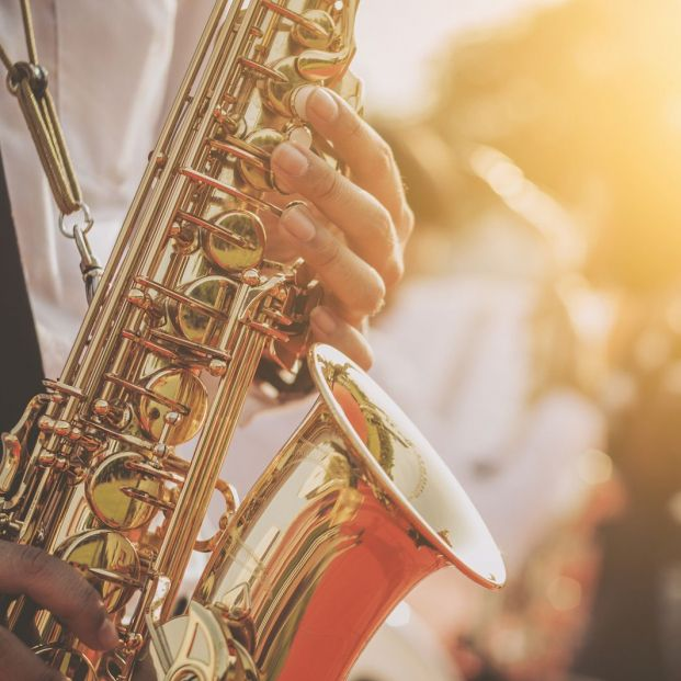 Música de jazz tocando el saxofón