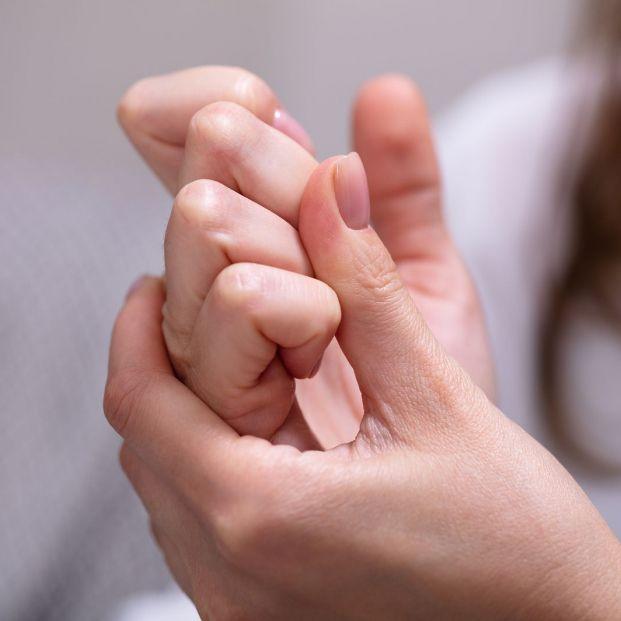 Crujir habitualmente los dedos o el cuello, ¿tiene consecuencias para la salud?