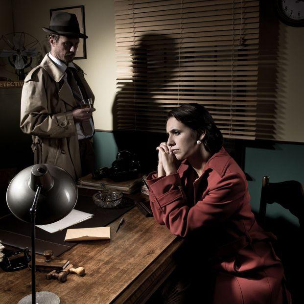 Escena noir de detective interrogando (BigStock)