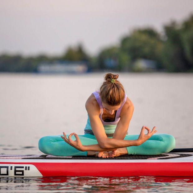 Los beneficios de practicar paddle yoga en mayores