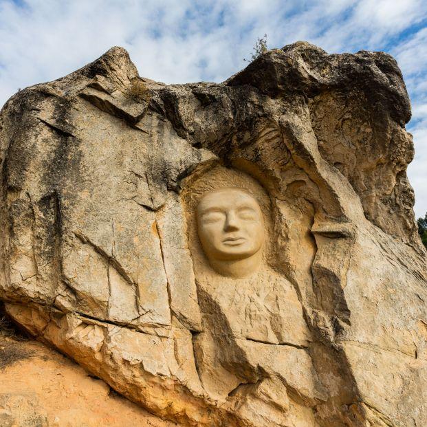 Un paseo entre pinos y rocas areniscas con rostros esculpidos