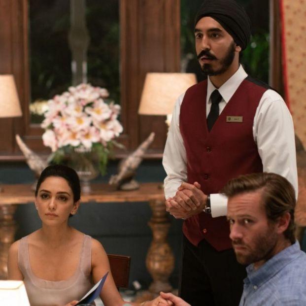 Boniadi, Hammer y Patel en Hotel Bombay