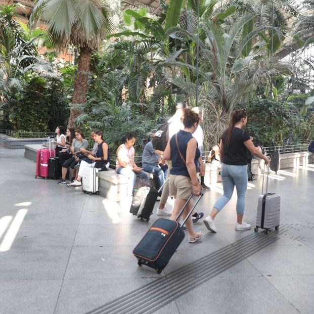 EuropaPress 2299628 Pasajeros en la estación de tren Puerta de Atocha de Madrid esperan con sus maletas en el Jardín Invernadero de la estación durante la primera de las cuatro jornadas de paros parciales de Renfe a los que el sindicato