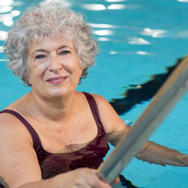 ¿Cómo debe ser una escalera que garantice el acceso seguro de los mayores a la piscina?