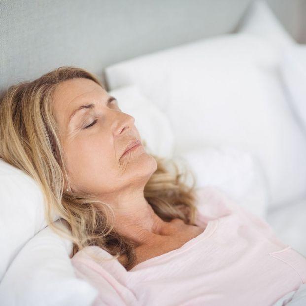Las mejores posiciones para dormir en mayores adultos y evitar el dolor de espalda