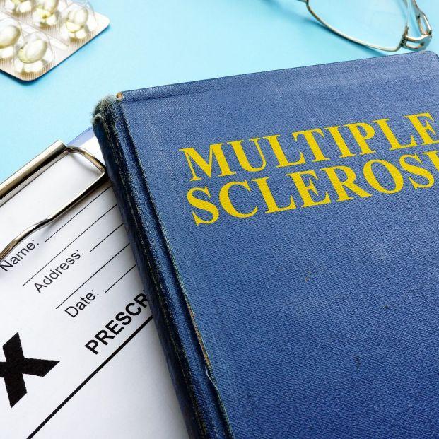 Esclerosis múltiple en una persona mayor