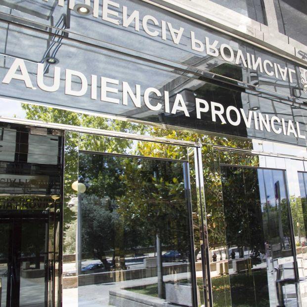 El empleado de banca que estafó 100.000 euros a una anciana acepta 15 meses de cárcel