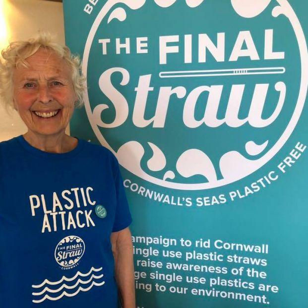 Pat Smith limpia con 70 años el plástico de más de 50 playas