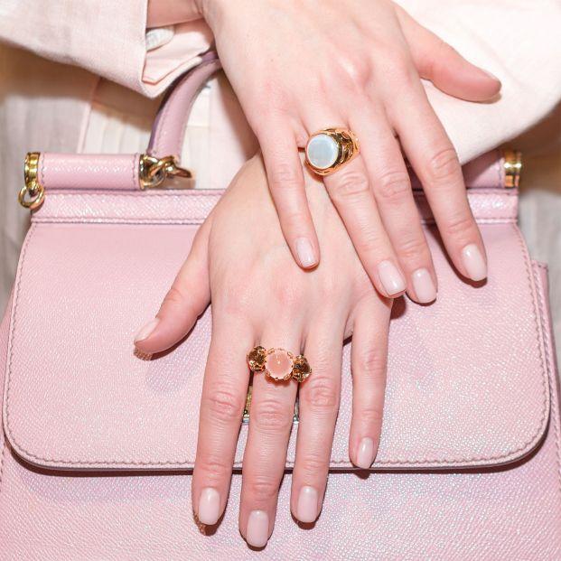 Cómo combinar varios anillos en ambas manos
