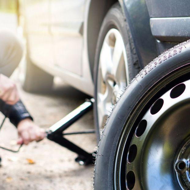Qué puedo hacer si pincho una rueda del coche mientras conduzco