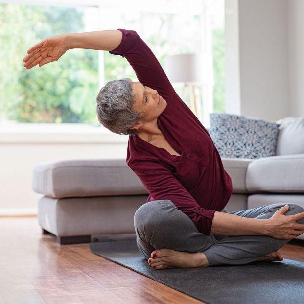 4 sencillos ejercicios matutinos para estirar bien y evitar problemas de espalda; mujer estirando