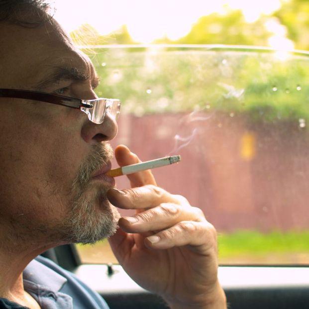 ¿Te pueden multar si fumas mientras conduces?