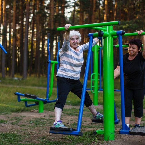 Consideraciones de los últimos 20 años (Mujeres mayores ejercitando brazos y piernas)