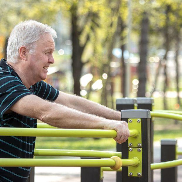¿Cómo utilizar los aparatos en los parques para mayores de forma adecuada?