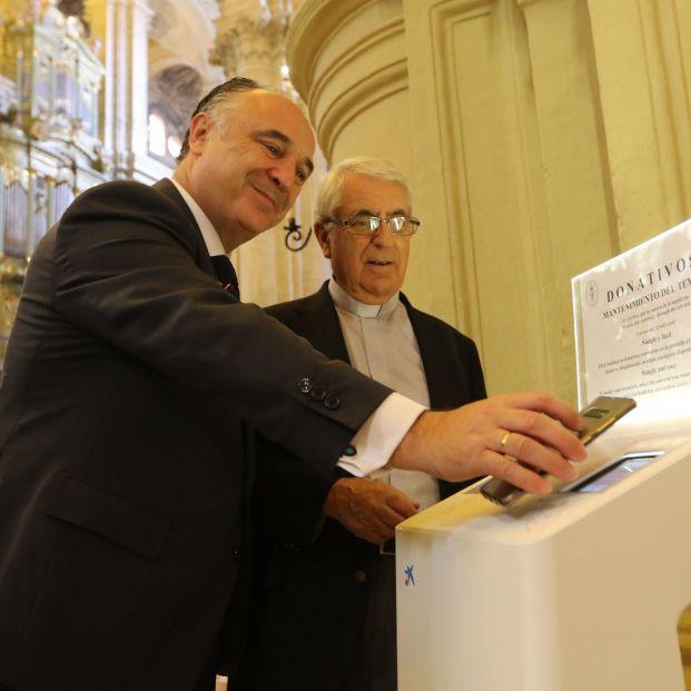 """La Catedral de Málaga instala dos """"cepillos digitales"""" para realizar donativos con móvil o tarjeta"""