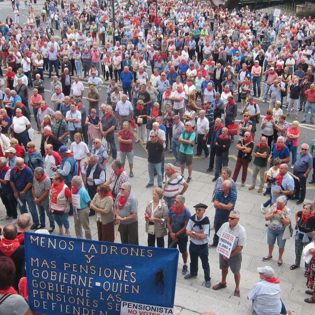 Pensionistas vascos se concentran un lunes más frente al Ayuntamiento de Bilbao