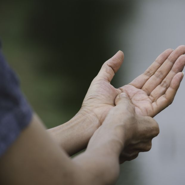 Ejercicios que puedes hacer en casa para aliviar los síntomas de la artritis en las manos
