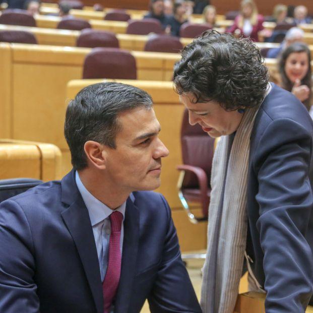 El presidente de Gobierno Pedro Sánchez y la ministra de Trabajo Magdalena Valerio hablan en el Senado (EuropaPress)
