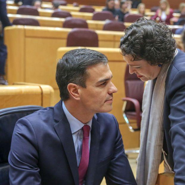 La ministra de Trabajo, Magdalena Valerio, con el presidente, Pedro Sánchez.