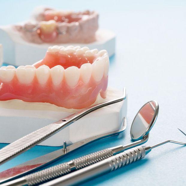 ¿Se puede poner dentadura postiza una persona sin hueso en las encías?