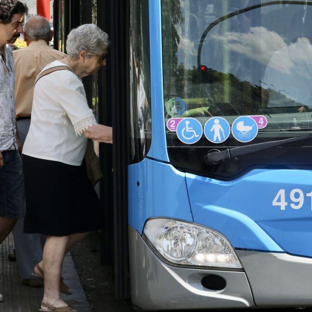 Una mujer de la tercera edad sube a un autobús de la EMT
