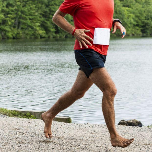 """¿Pueden practicar los mayores el """"barefoot"""" o correr descalzos?"""