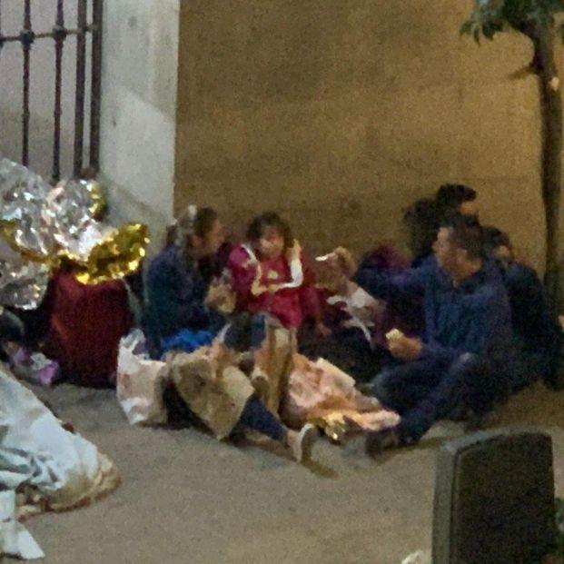 Una pareja y su hija de 5 años, abrigados por vecinos, pasan la noche ante el Samur Social de Madrid