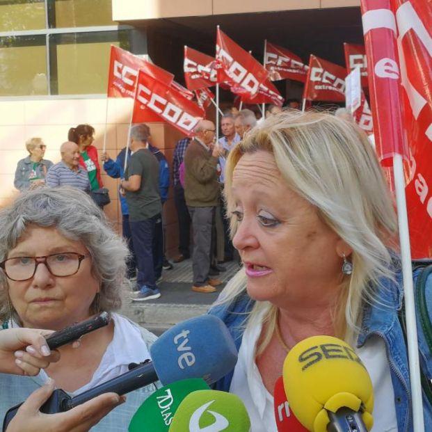 Pensionistas de CCOO Extremadura se encierran en la Tesorería General para exigir #PensionesDignas. María José Gallego y Encarna Chacón