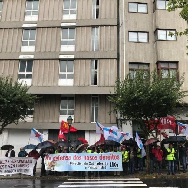 Jubilados y pensionistas claman ante el Parlamento de Galicia recursos para la dependencia