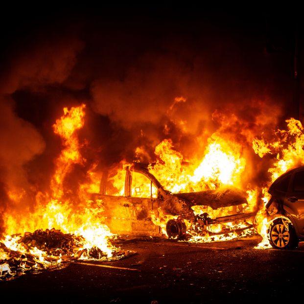 Coches arden por las hogueras encendidas por los CDR en Barcelona (Cataluña España) a 16 de octubre de 2019
