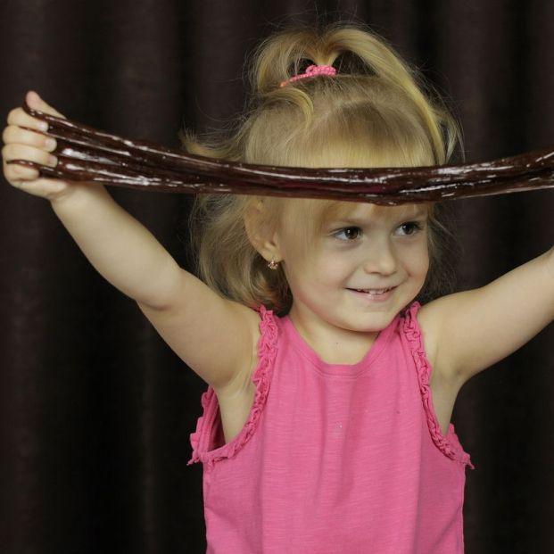 Apúntate a la moda más divertida y aprende cómo hacer un 'slime' para tu nieto