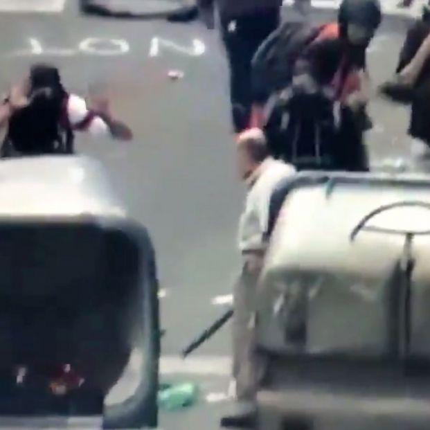 Un anciano se enfrenta a los manifestantes y trata de impedir que construyan una barricada