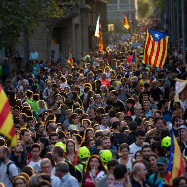 Una multitud de personas se concentra y ondea esteladas en la manifestación de los CDR durante la huelga general en Catalunya en reacción a las penas por el 1 O en Barcelona (Cataluña
