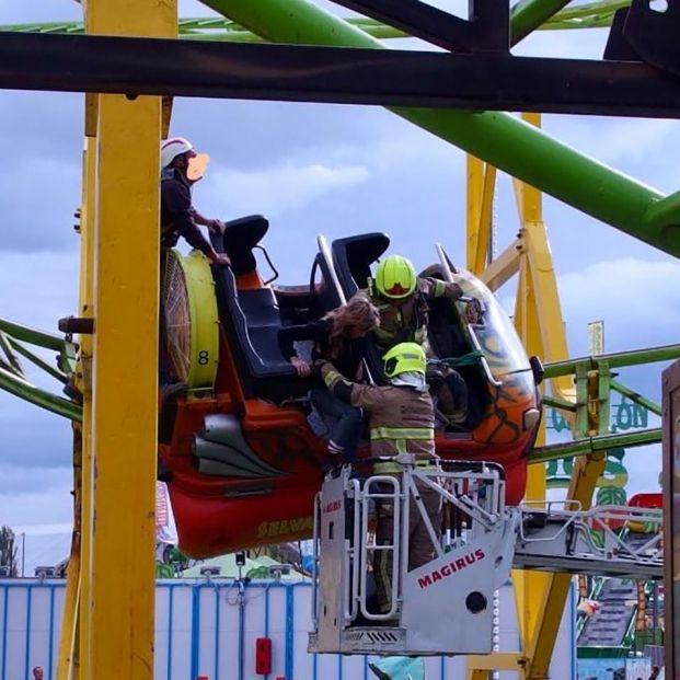 Rescatadas 9 personas, de ellas 5 menores, tras quedarse colgadas en una montaña rusa en Zaragoza