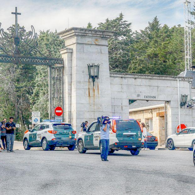Vehículos de la Guardia Civil entran en el Valle de los Caídos tras su cierre