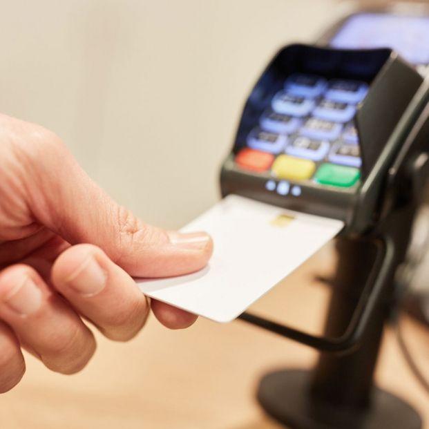 Precauciones al usar las tarjetas bancarias en comercios físicos y online para evitar estafas