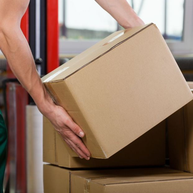 ¿Qué postura se recomienda para que los mayores cojan y levanten objetos de peso medio?