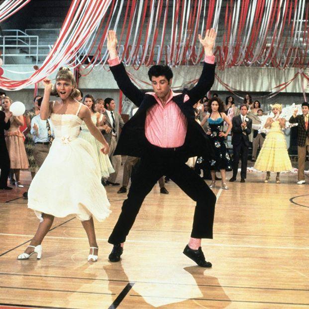 Newton John y Travolta en 'Grease', musical que tendrá una adaptación televisiva por parte de HBO