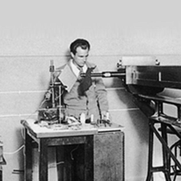 Miguel Antonio Catalán, trabajando con un espectrógrafo de grandes dimensiones. / CSIC