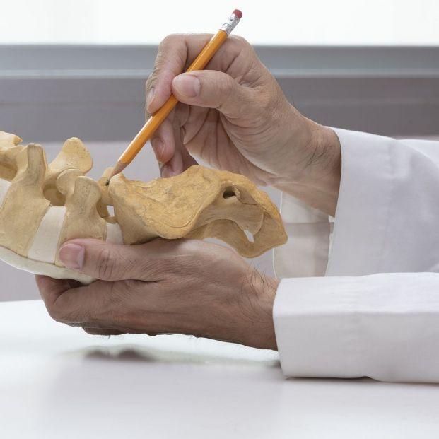Qué es la espondilolistesis y cómo puede afectar a los mayores