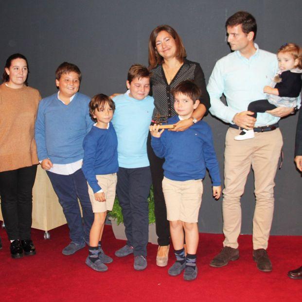 Adopta a sus seis sobrinos tras la muerte de su hermana y su cuñado