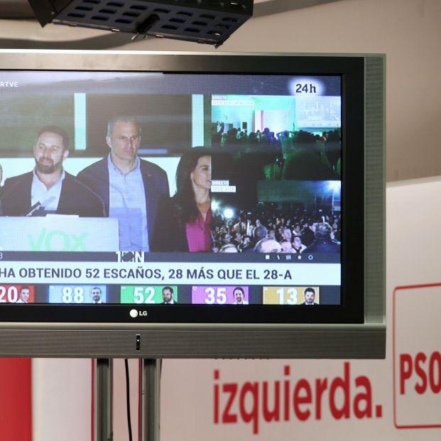 EuropaPress 2479639 Afiliados del Partido Socialista ven en una de las pantallas de la sede del partido a los dirigentes de Vox como celebran sus buenos resultados electorales durante la noche electoral del 10N en Madrid (España) donde el