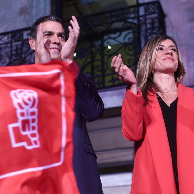 El Secretario general del PSOE y candidato a la presidencia del Gobierno Pedro Sánchez y su mujer Begoña Gómez celebran los resultados del partido durante la noche electoral del 10N en la sede del mismo en Madrid (Es