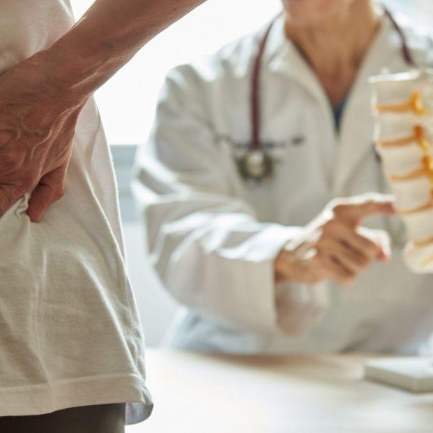 ¿ En qué consiste una operación de reemplazo lumbar en el caso de personas mayores?