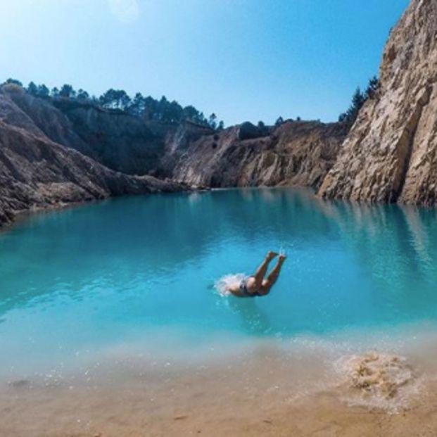 El lago tóxico español donde se ha puesto de moda bañarse y sacarlo en Instagram