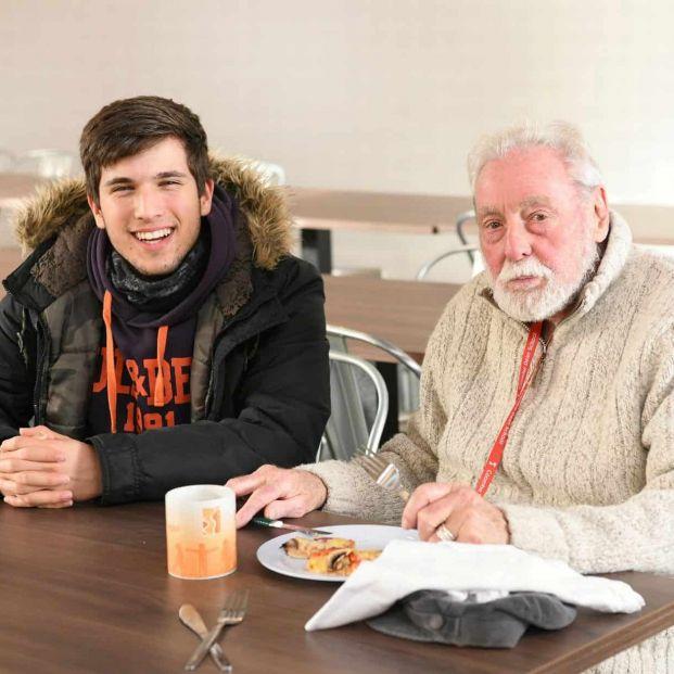 Un colegio invita a un viudo de 86 años a comer todos los días con los alumnos para que no esté solo